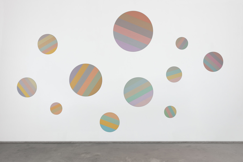 Hans-Willi Notthoff – AKKUMU – Wandinstallation, ca. 700x400 cm, 11-teilig, Acryl auf Leinwand, 2019